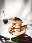 Ein Stapel Pancakes mit Blaubeeren