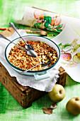Apfel-Rhabarber-Crumble mit Streuseln aus Honig, Mandeln und Haferflocken