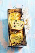 Pikanter Kuchen mit Schinken, schwarzen Oliven, Basilikum und Olivenöl