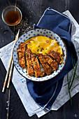 Katsudon (Reis mit Schnitzel und halbgarem Ei, Japan)