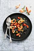 Schwarzes Risotto mit Knoblauchgarnelen und Tomaten