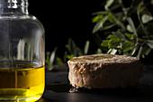 Thunfisch aus Konservendose daneben eine Flasche Olivenöl