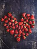 Herz aus Erdbeeren gelegt