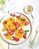 Orangen-Carpaccio mit Beeren und Passionsfrucht