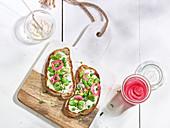 Brot mit Frischkäse, Erbsen, Saubohnen und eingelegten roten Zwiebeln