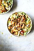 Gemischter Blattsalat mit Hühnerbrust und Kichererbsen