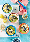 Avocadocreme mit Banane, Blaubeeren und Sonnenblumenkernen