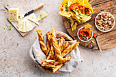 Käse, Blätterteiggebäck, Tacos mit Dip und Knabbernüsse