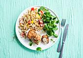 Putenröllchen mit Frischkäsefüllung dazu Fusillisalat mit Paprika und Feldsalat