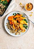 Hühnerbrust mit Quinoa, Karotten, Spinat und Erdnusssauce