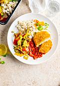 Paniertes Schnitzelchen mit Reis, Gemüse und Tomatensauce