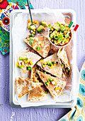 Quesadillas mit Hackfleisch und Avocado-Mais-Salat
