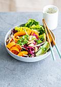 Gemischter Salat mit Rotkohl, Karotte, Gurke, Orange und Pekannüssen (Asien)