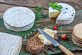 Verschiedene Käsesorten und Brot