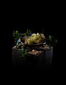 Chasselas-Trauben in Schale auf Holzblock