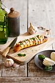 Baguette mit Mozzarella und Basilikum zum Aperitif