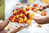 Melonenspieße mit Kirschtomaten und Schinken zum Aperitif