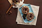Chocolate Chip Donuts verziert mit Schokokügelchen