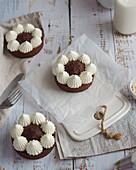 Schokoladentörtchen mit Baisertupfen