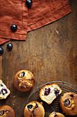Kleiner Kuchen mit Trauben und Mandeln