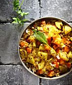 Kitchari mit Reis, Gemüse und Gewürzen (Ayurveda-Küche