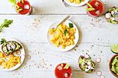 Express-Brunch mit Rührei, Avocadocreme und Tomatendrink