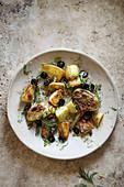 Gegrillte Artischocken und Kartoffeln mit schwarzen Oliven
