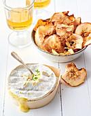 Camembert-Fondue mit Apfelchips (Normandie)