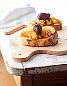 Baguettescheiben belegt mit gebutterten Äpfeln und Blutwurstnocken