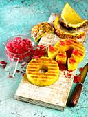 Gegrillte Ananas mit Hibiskus-Granita