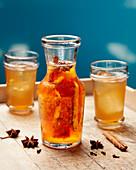 Tepache (mexikanisches Getränk mit Ananas und braunem Zucker)