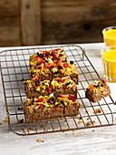 Schokoladen-Dattel-Brownies auf Abkühlgitter