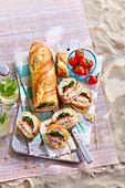 Baguette gefüllt mit Schinken, Tomate, Käse und Salat fürs Picknick