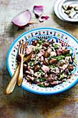 Portugiesischer Salat mit Oktopus, Petersilie, Zwiebeln und Oliven