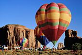 Heissluftballons bei einer Rallye im Monument Valley, Arizona, USA, Amerika