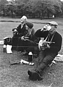 Maenner beim Drachensteigen Hyde Park, London, England