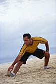 Mann beim Aufwaermen, Jogging, Fitness