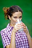 Frau trinkt Milch, Food
