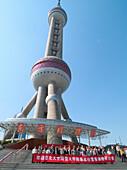 Touristen vor dem Pearltower, 468 m, entworfen vom Architekten Jia Huan Cheng und Shanghai Modern Architectural Design Co. Ltd., Pudong, Shanghai, China, Asien