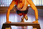 Mann macht Liegestuetzen, Fitness