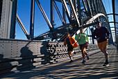 Jogger auf der Habour Bridge, Sydney , NSW Australien