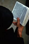 Mann liest im Gebetbuch, Israel