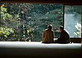 Besucher eines Tempelgartens, Japan