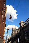 Blick von unten auf Roosevelt Insel Tram unter weisser Wolke, Manhattan, New York, USA, Amerika