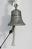 Queen Mary 2, Ship´s bell, Queen Mary 2, QM2 Schiffsglocke am Bug des Schiffes Buch S. 3
