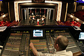 Queen Mary 2, Rehearsal for a musical, Queen Mary 2, QM2 Musicalprobe im Royal Court Theatre.