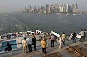 Queen Mary 2, Put out from Manhattan, Queen Mary 2, QM2 Auslaufen am Abend aus New York, Blick vom Heck auf Manhattan.