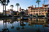 Spiegelung im Brunnen vor dem Flagler College, St. Augustine, Florida, USA, Amerika