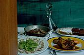 Tintenfischcarpaccio, Venusmuscheln, Bohnen Huhn, Dessert
