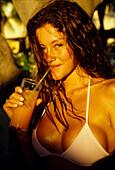 Junge Frau mit Drink, Curacao Niederlaendische Antillen